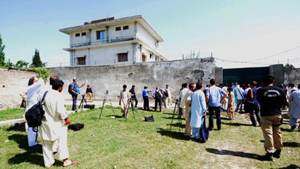 Agentes de las fuerzas de seguridad paquistaníes permiten el acceso a los periodistas al interior de la residencia en la que el líder de la red terrorista Al Qaeda, Osama bin Laden, fue abatido por soldados estadounidenses. Foto: EFE.