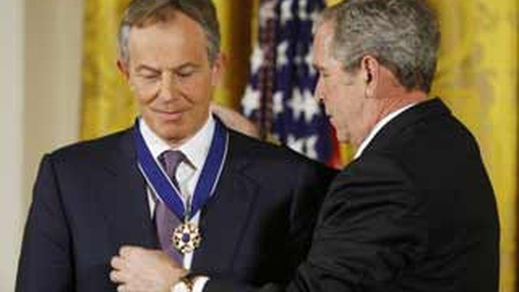 El presidente de EEUU, George W Bush, impone la Medalla Presidencial de la Libertad a Tony Blair, ex primer ministro británico. Foto:AP