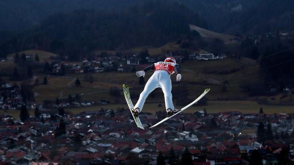 Markus Eisenbichler de Alemania se eleva por el aire