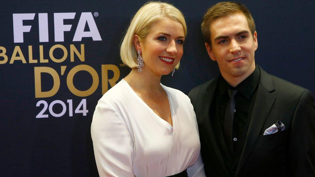Claudia Lahm, mujer de Philipp Lahm, con vestido blanco y cinturón negro