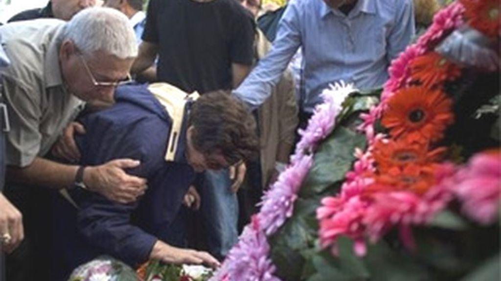 Una mujer llora junto al féretro de su hijo, una de las víctimas del incendio en Israel. Foto AP