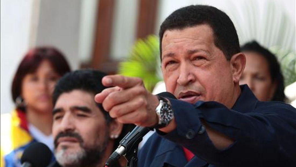 El presidente de Venezuela, Hugo Chávez (d), acompañado del astro del fútbol Diego Armando Maradona (i), habla en Caracas. EFE