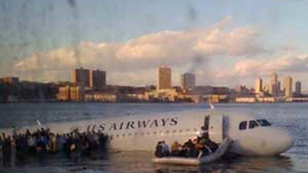 Imagen del momento del amerizaje en el Hudson. Foto: EFE