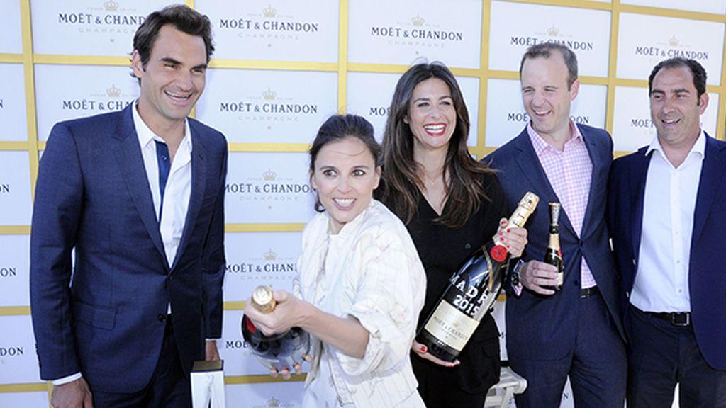 Elena Anaya celebrando su victoria al más puro estilo Moët