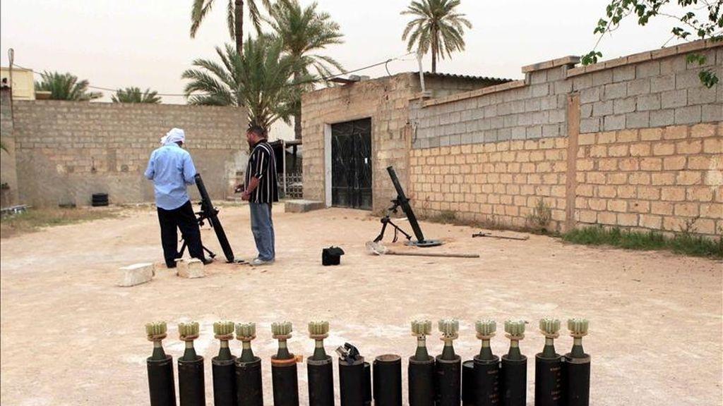 Rebeldes libios preparan la munición de un mortero durante un enfrentamiento contra fuerzas gadafistas en Misrata (Libia), el pasado 30 de abril. EFE/Archivo