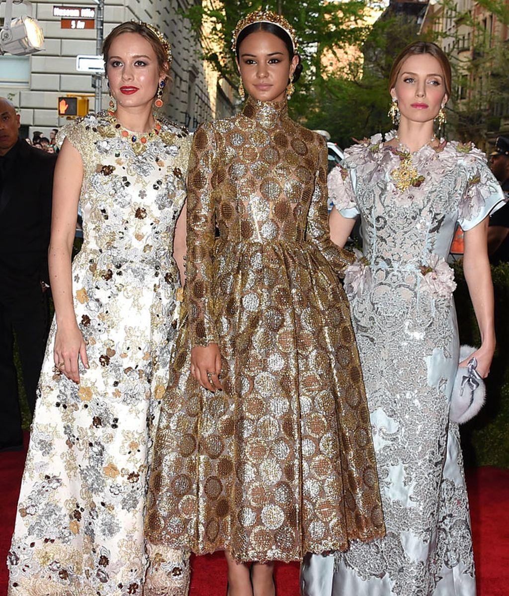 Brie Larson, Courtney Eaton y Annabelle Wallis de Dolce & Gabbana