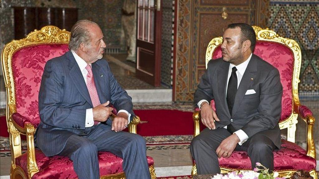 El rey Juan Carlos durante la reunión que ha mantenido hoy con el soberano de Marruecos, Mohamed VI, en Marraquech, en la primera visita de un Jefe de Estado extranjero a este país tras el atentado del 28 de abril en la plaza Yemá el Fna de Marraquech. EFE