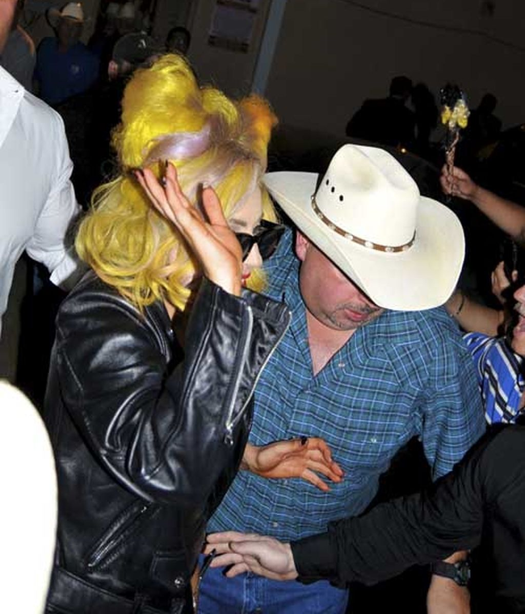 Lady Gaga irrumpe por sorpresa en un local de gay-western
