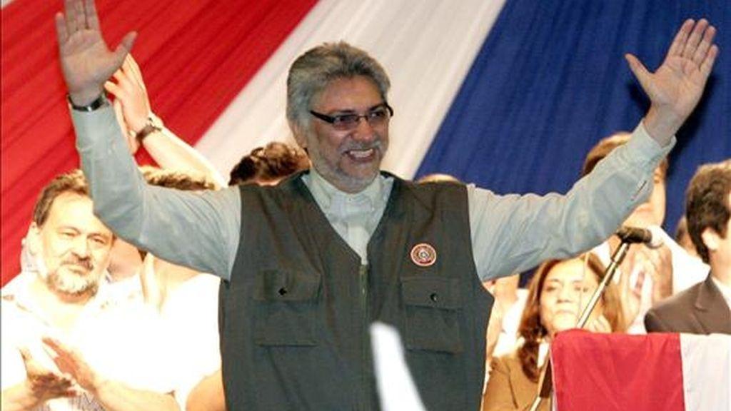 El presidente de Paraguay, Fernando Lugo, saluda a su llegada a una plaza de la localidad de San Lorenzo (Paraguay), durante la celebración del primer aniversario de su triunfo en los comicios generales. EFE