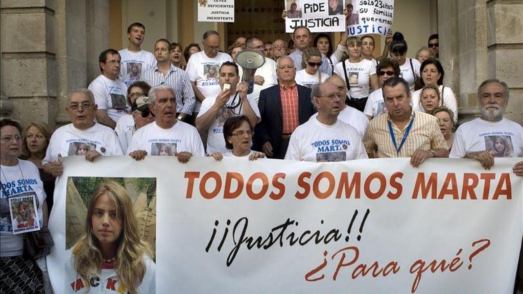 Un momento de la concentración organizada por la Plataforma Marta del Castillo ante el Ayuntamiento de Sevilla, para mostrar su repulsa a la sentencia del Cuco y para pedir también que se cambie la Ley del Menor. EFE