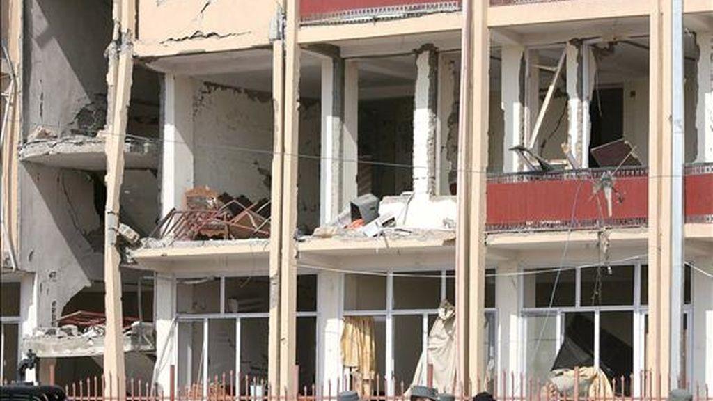 Imagen de los daños ocasionados tras un atentado suicida con bomba en Kabul, Afganistán, hoy miércoles 11 de febrero. Al menos 19 personas murieron y otras 20 resultaron heridas hoy en un doble atentado suicida llevado a cabo por supuestos talibanes. EFE