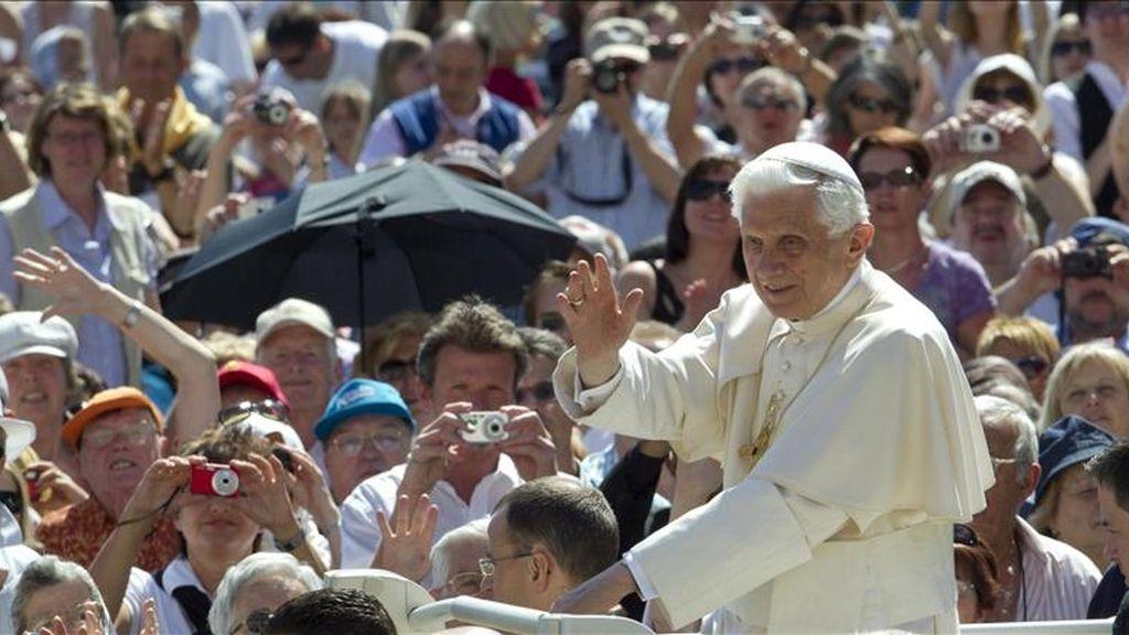 El papa Benedicto XVI saluda a los fieles durante la celebración de la Audiencia General de los Miércoles en la Plaza de San Pedro del Vaticano hoy, miércoles 11 de mayo de 2011 en Ciudad del Vaticano. EFE