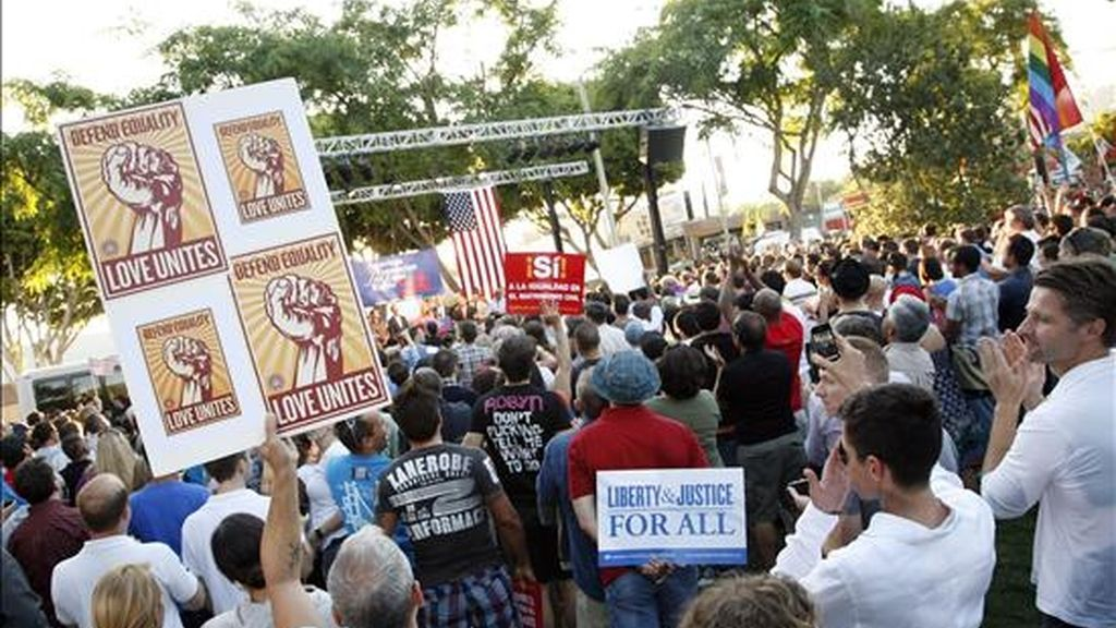 Decenas de personas participan en una manifestación de apoyo al matrimonio homosexual  en West Hollywood, California (EE.UU.), después de que una corte federal revertió la Propuesta 8 que prihibía el matrimonio entre personas del mismo género. EFE