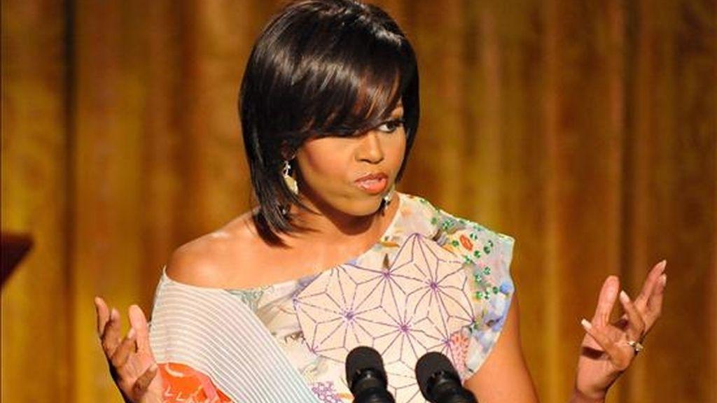 Michelle Obama participó este lunes junto a la esposa del gobernador de California, Maria Shriver, en la remodelación de un parque infantil, ubicado al lado de una escuela en una zona deprimida del sur de San Francisco. EFE/Archivo
