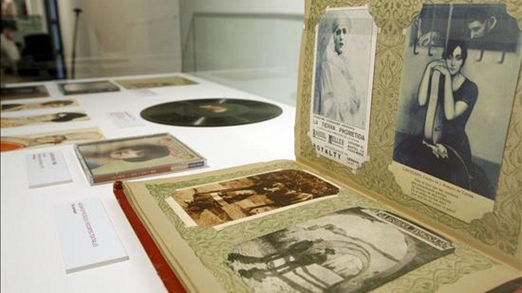 """Fotografías que forman parte de la exposición """"La copla en la Biblioteca Nacional"""", compuesta por partituras, carteles, audiovisuales, postales, folletos, cancioneros, libros y guiones cinematográficos, una a muestra que reivindica el papel de la copla, un género típicamente español, que se puede visitar en la Biblioteca Nacional de Madrid. EFE"""