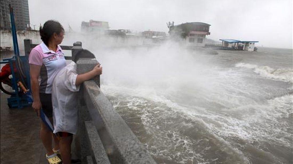 """Oleaje en un astillero en Xiamen, en la provincia suroriental china de Fujian, a causa del paso del tifón """"Fanapi"""" el pasado lunes. EFE"""
