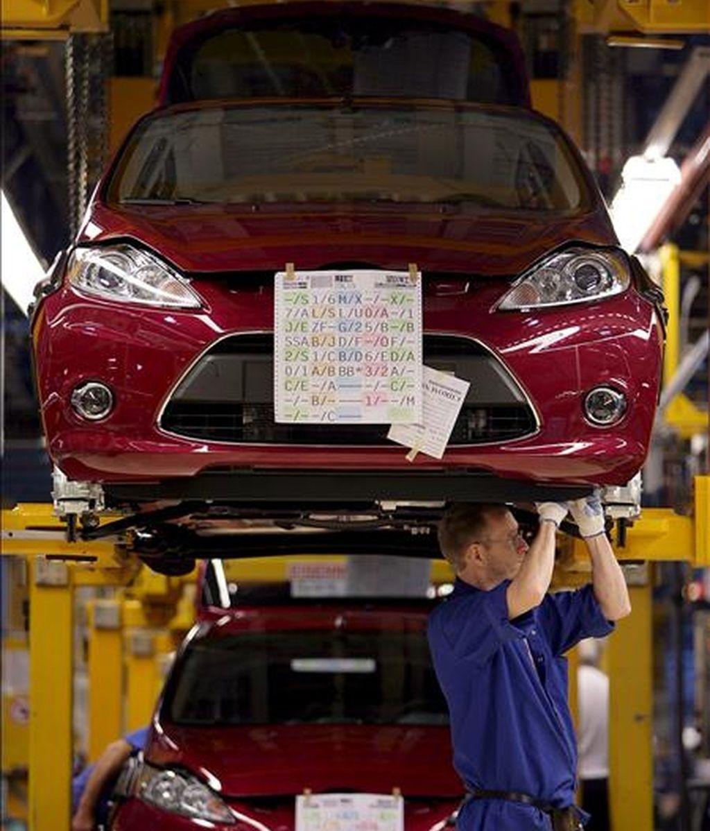 En la imagen del pasado año, un empleado trabaja en el montaje de los nuevos modelos de Ford Fiesta. EFE/Archivo