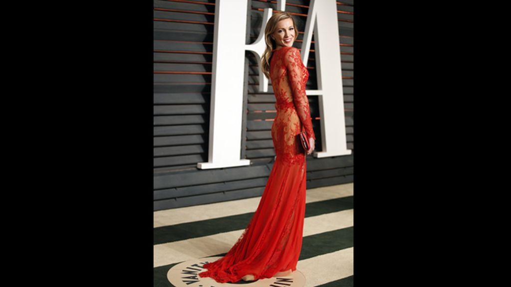 La actriz Katie Cassidy, con un espectacular vestido rojo con transparencias