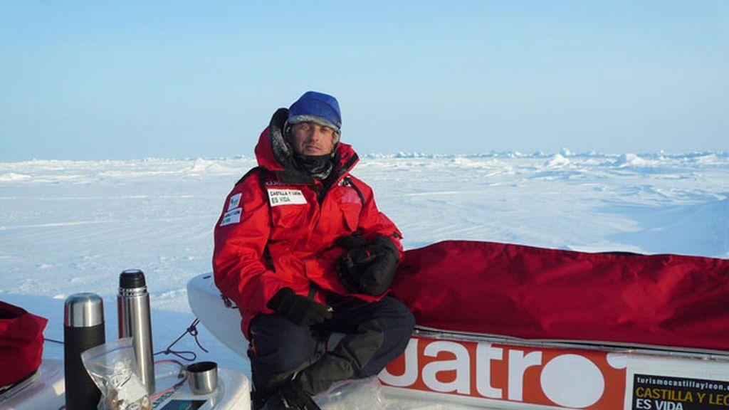 Jesús Calleja hace un pequeño descanso en su expedición en el Polo Norte