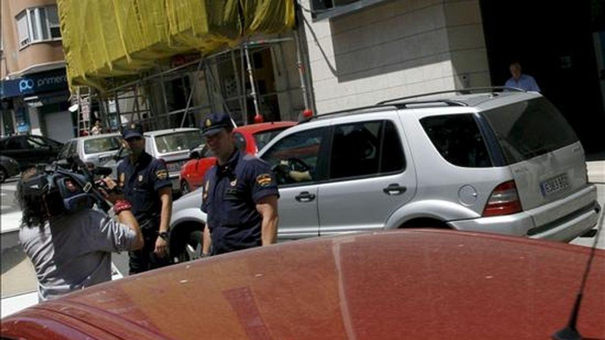 Agentes de la policía junto al vehículo en el que el presidente de la corporación provincial de Alicante, José Joaquín Ripoll, ha salido de la Diputación en calidad de detenido, en dirección a la Comisaría. EFE