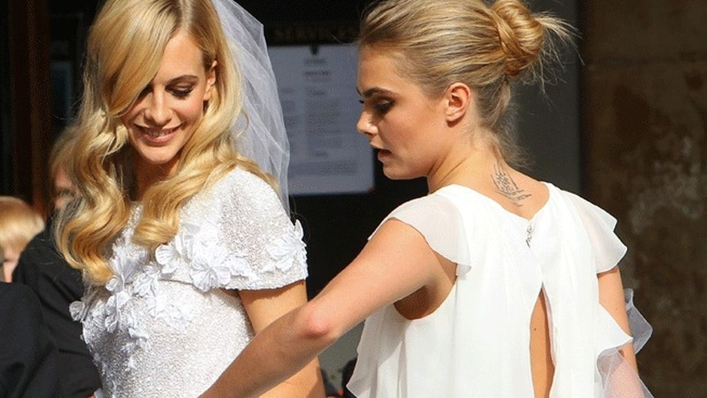 Cara y Poppy Delevigne compartieron el color blanco