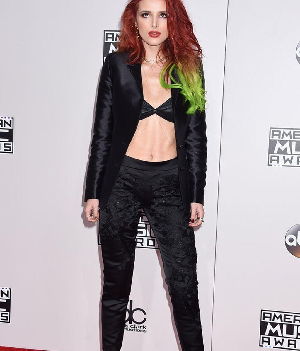 Bella Thorne mostró vientre, con un traje de dos piezas en negro