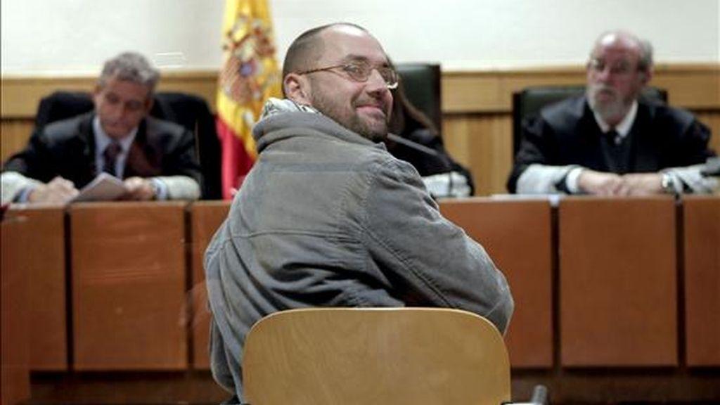 El miembro de los GRAPO, Francisco Javier García Victoria al inicio del juicio que se sigue contra él en la Audiencia Nacional de Madrid, por insultar y amenazar de muerte en 2005 a un funcionario de la prisión de Valdemoro (Madrid) en la que estaba encarcelado, hechos por los que la Fiscalía pedirá para él dos años de cárcel. EFE