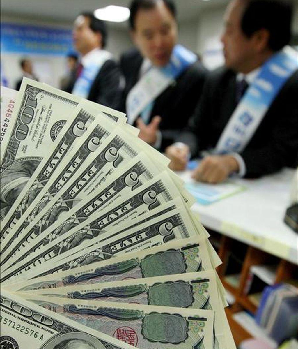 El dólar perdió hoy terreno ante el euro y el yen, lo que coincidió con una jornada muy positiva en la Bolsa de Nueva York después de aumentar en junio las ventas de viviendas nuevas en Estados Unidos más de lo que se preveía.EFE/Archivo
