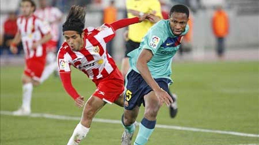 El centrocampista colombiano de la UD Almería, Fabián Vargas (i), y el mediocentro malí del FC Barcelona, Seydou Keïta (d), pugnan por el balón durante el partido de vuelta de semifinales de la Copa del Rey que los dos equipos disputaron en el estadio de los Juegos Mediterráneos, en Almería. EFE