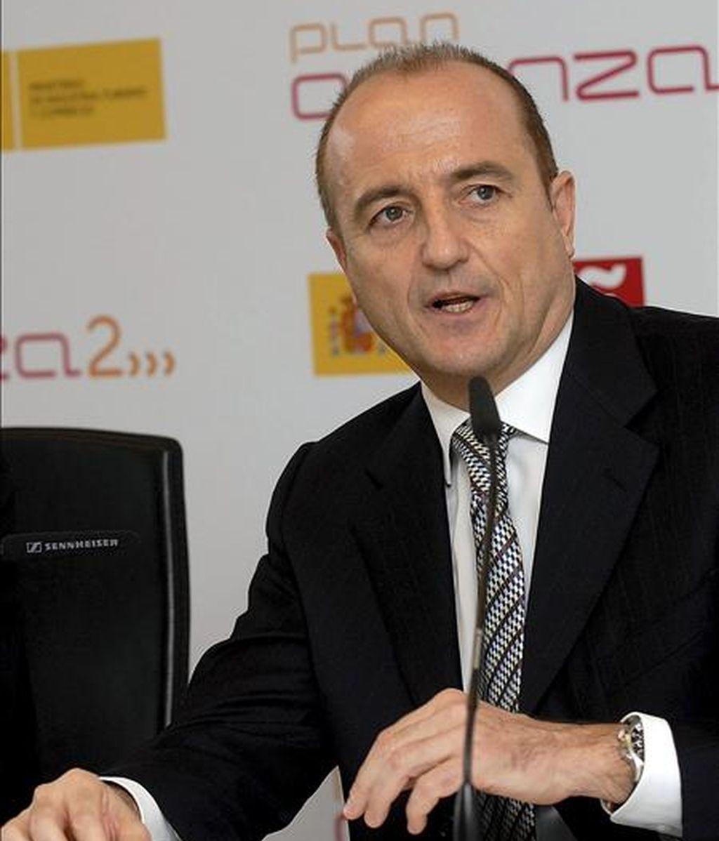 El ministro de Industria, Miguel Sebastián, durante su visita al Instituto Nacional de Tecnologías de la Comunicación (INTECO) de León. EFE