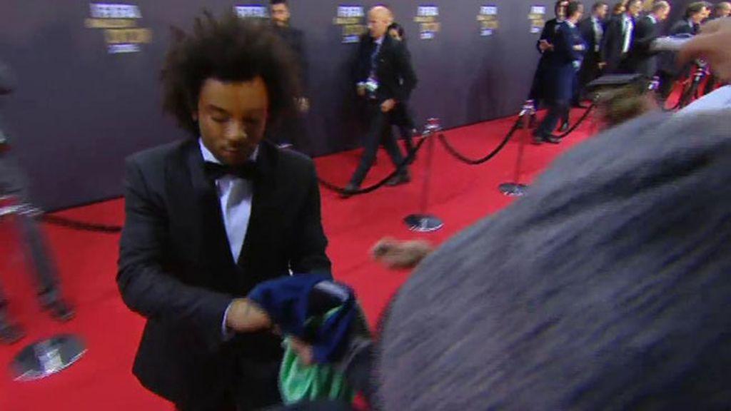 Marcelo y las prisas de la alfombra roja: firma una camiseta del Barça