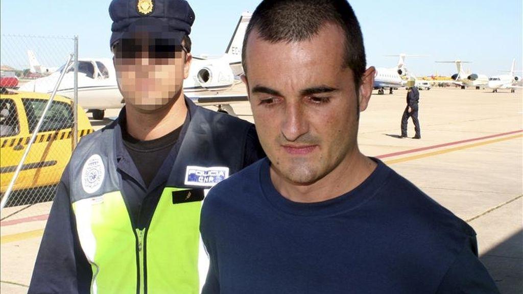 La Policía Nacional trasladanado desde Francia a España al presunto miembro de ETA José Cándido Sagarzazu Gómez, al ser entregado temporalmente tras ser reclamado por la Audiencia Nacional. EFE/Archivo