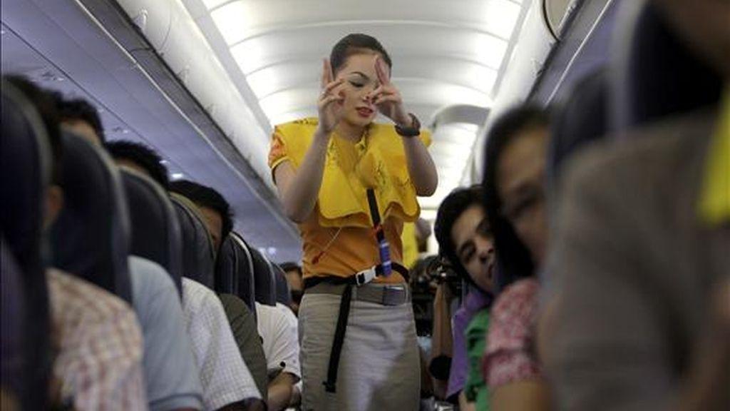 Una azafata de vuelo de Cebu pacific ofrece las instrucciones de seguridad durante el despegue en el aeropuerto de Manila (Filipinas). EFE/Archivo