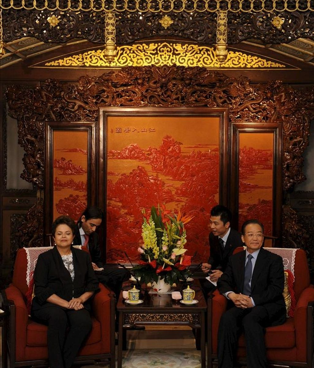 La presidenta brasileña, Dilma Rousseff (i), habla con el primer ministro chino Wen Jiabao (d) hoy durante su reunión en Pekín, China. Rousseff realiza una visita oficial de seis días de duración al país. EFE