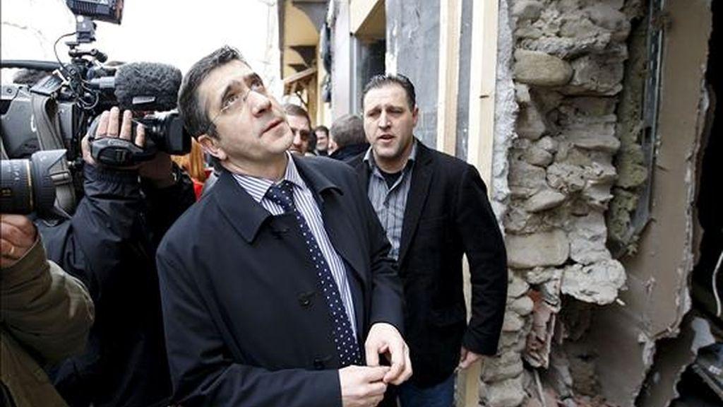 El lehendakari, Patxi López (c), junto al concejal socialista de Lazkao, Juan Manuel Serna (d), observan los daños ocasionados por el atentado  contra la Casa del Pueblo de esta localidad guipuzcoana. EFE/Archivo