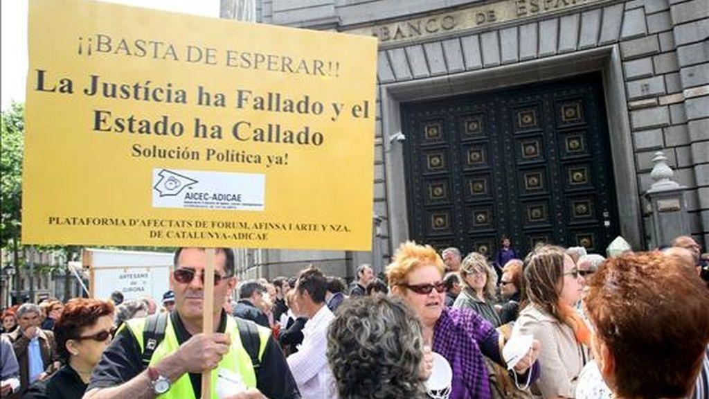 Afectados del caso Fórum Filatélico, Afinsa se concentrado delante del Banco de España en Barcelona. EFE/Archivo