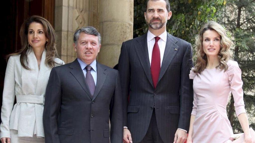 Fotografía facilitada por el fotógrafo privado del rey Abdalá II de Jordania que muestra al soberano jordano (2i) posando junto al príncipe de Asturias, Felipe de Borbón (2d), su esposa, la princesa Letizia (d), y la reina Rania de Jordania (i). EFE
