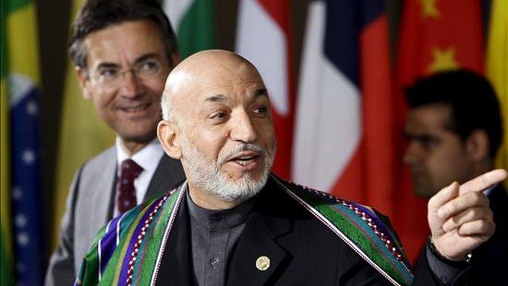 El presidente afgano, Hamid Karzai (c), acompañado por el ministro de Exteriores holandés, Maxime Verhagen (izq), a su llegada a la Conferencia internacional sobre el futuro de Afganistán hoy en La Haya. EFE