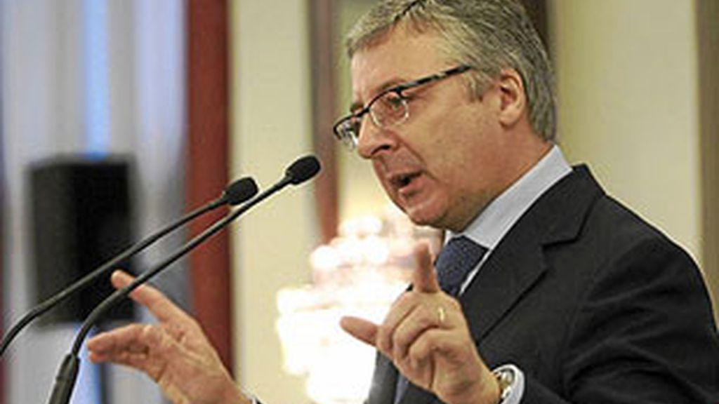 El ministro de Fomento, José Blanco, contra la cúpula de los controladores. Video: ATLAS