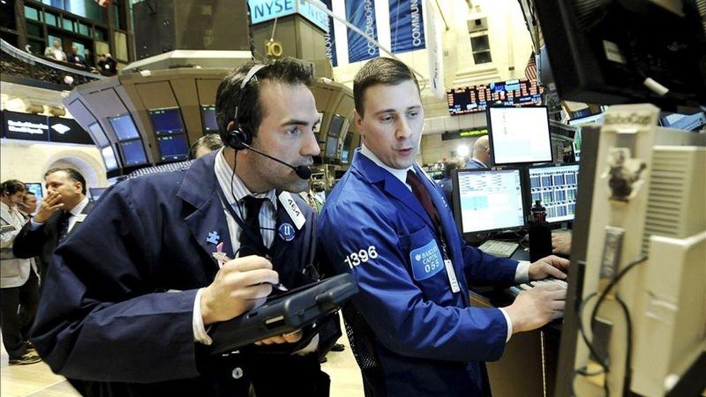 El Dow Jones de Industriales y el S&P 500 revalidaron los máximos de casi tres años que ya habían tocado el martes, al acabar la jornada con sendos avances del 0,76 y el 0,62  por ciento, con lo que quedaron en 12.690,96 y 1.355,66 puntos, respectivamente. EFE/Archivo