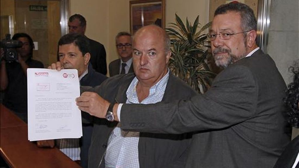 Los secretarios confederales de Organización de UGT, José Javier Cubillo (i), y CCOO, Antonio del Campo (d), entregan en el Ministerio de Fomento su propuesta de servicios mínimos en el sector del transporte para la huelga general del 29 de septiembre. EFE