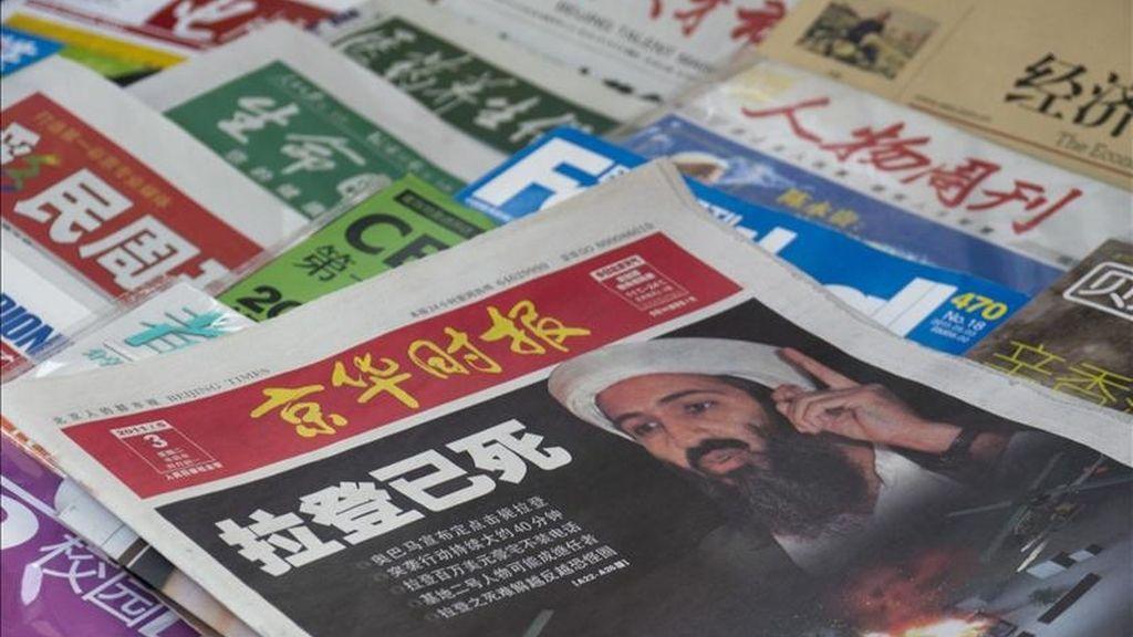 Una imagen de la portada de un diario chino que muestra la noticia de la muerte de Osama Bin Laden en Pakistán en un quiosco de Pekín, China, el martes 3 de mayo de 2011. EFE