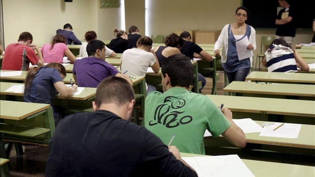 Varios estudiantes se examinan en un aula de un centro de educación. EFE/Archivo