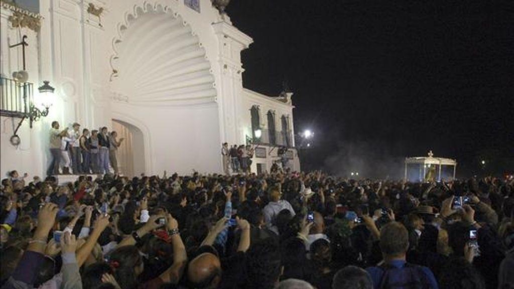 """Momento en que la Virgen de El Rocío abandona su Santuario en Almonte, Huelva, hacia la explanada de la marisma, repleta de gente, alrededor de un cuarto de hora después del """"salto de la reja"""". EFE"""