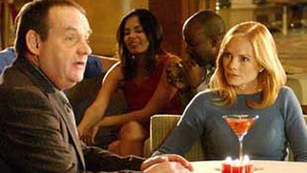 Conversan sobre el posible asesino mientras cenan