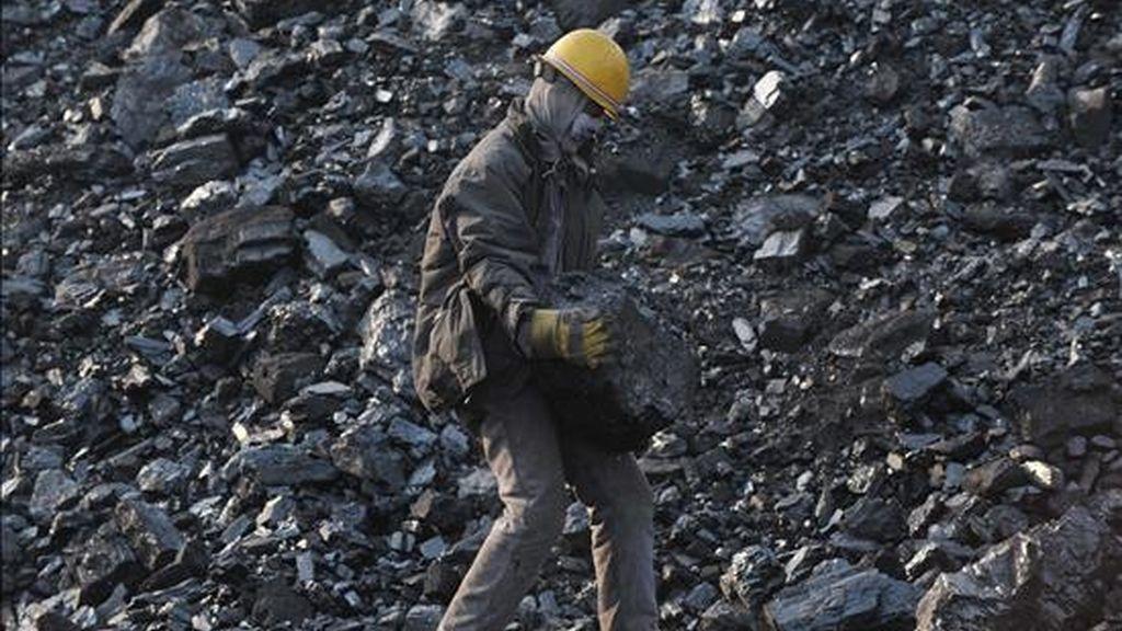 Un trabajador carga bloques de carbón en la mina Haizhou en Fuxin (China). EFE/Archivo