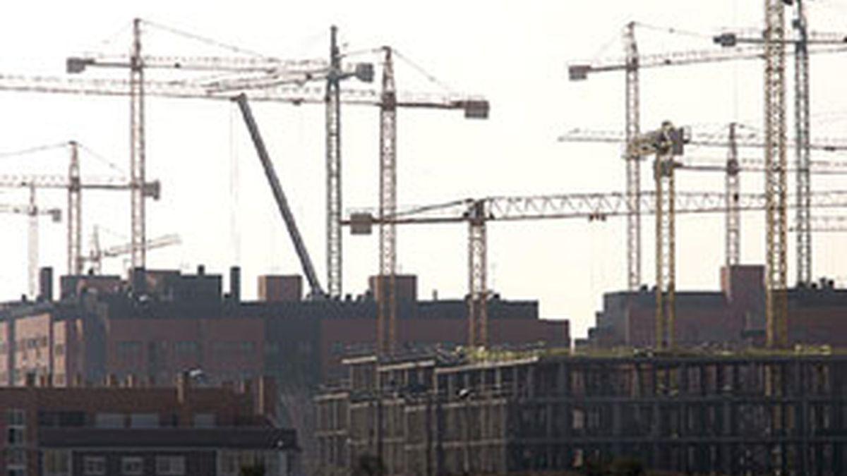 En la imagen, varios edificios de viviendas en construcción. Foto EFE.