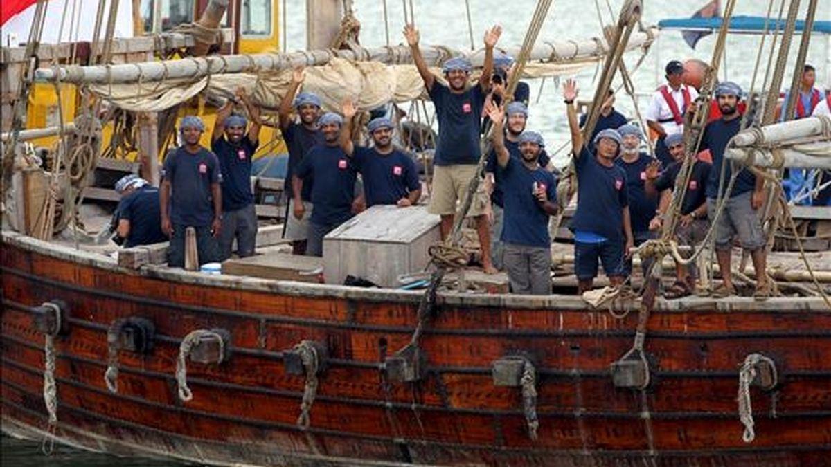 """Los miembros de la tripulación de la """"Jewel of Muscat"""", réplica de un """"dhow"""" árabe del siglo IX, saludan a los medios después de atracar en un pontón en el estrecho de Singapur, en Singapur, est sábado, tras un viaje histórico desde Omán.  EFE"""