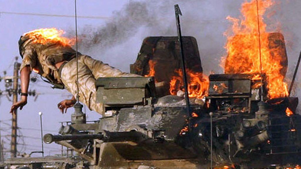 Soldado inglés salta de un tanque ardiendo en Iraq