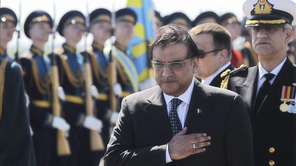 El presidente paquistaní, Asif Ali Zardari, a su llegada al aeropuerto de Sheremetevo en Moscú (Rusia) ayer 11 de mayo de 2011 para iniciar una visita oficial al país. EFE